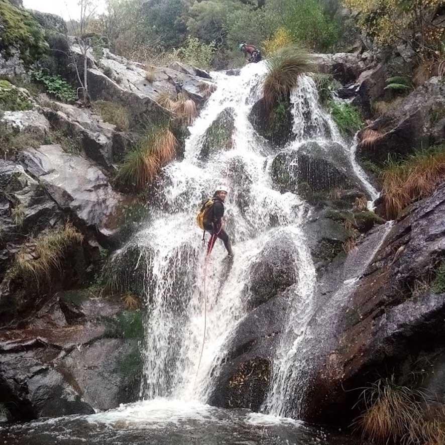 chica descendiendo una cascada en rapel en descenso de barrancos